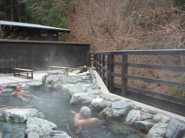 Tắm onsen ở Yamanashi là trải nghiệm tuyệt vời du khách không nên bỏ qua trong hành trình này.