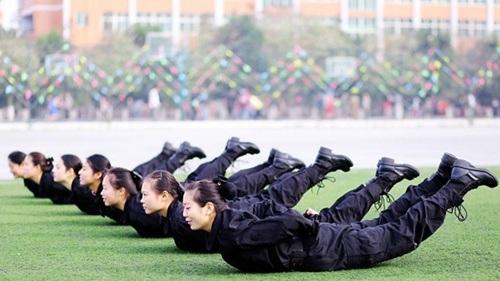 Các bài luyện tập của họ khắc nghiệt và gian khổ không kém gì môi trường trong quân ngũ