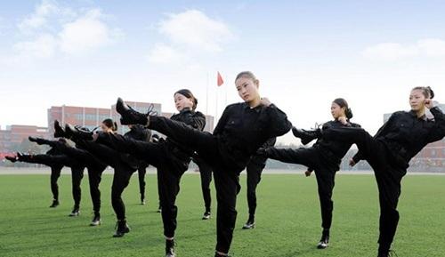 Các cô gái trong một buổi tập rèn luyện thể lực
