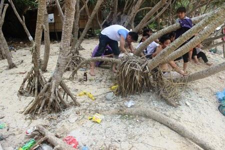 Ngày nghỉ lễ, đảo Khỉ Cát Bà tràn ngập rác