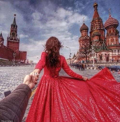 Dắt tay nhau tới quảng trường Đỏ, thủ đô Moscow, Nga.