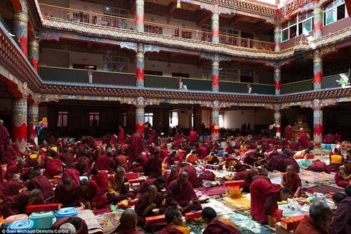 Các nhà sư đang học tại ngôi chùa lớn nhất.