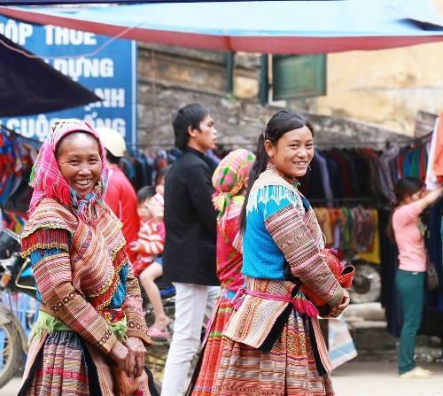 Những cô gái Mông với nụ cười thân thiện trên môi.