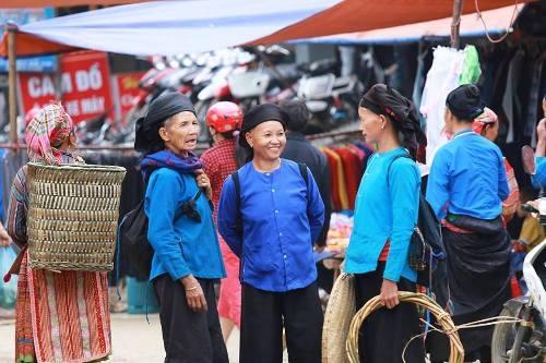 Trẻ em theo mẹ xuống chợ để chơi chợ và ăn quà.