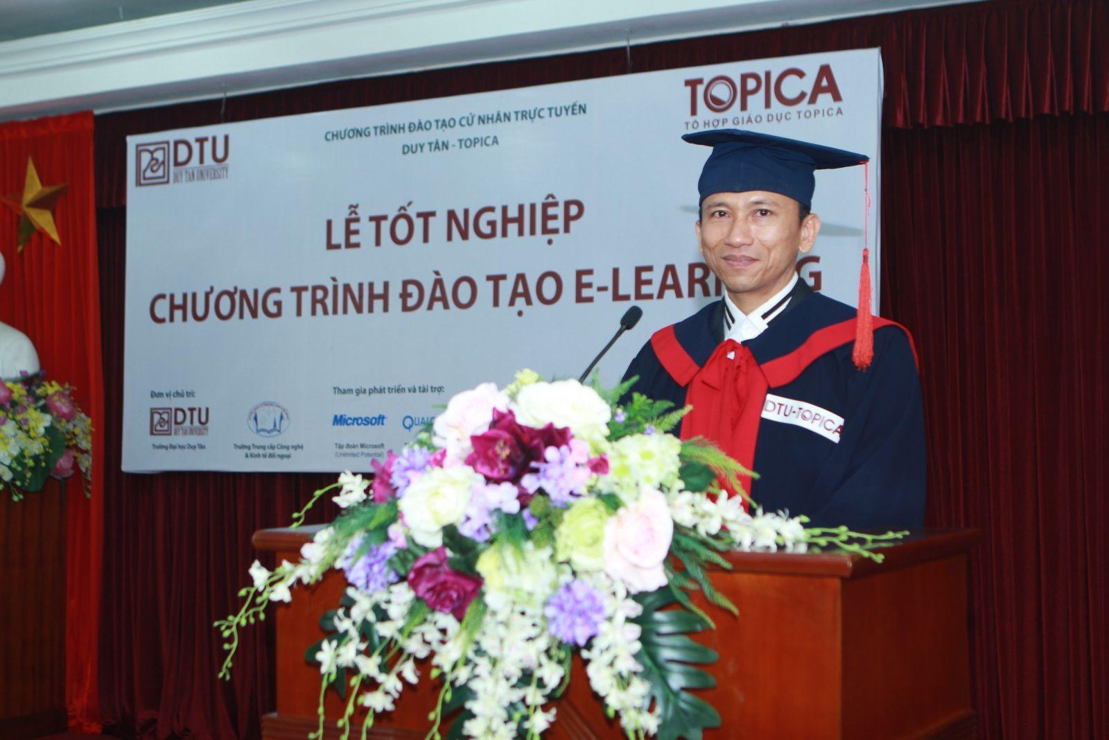 Anh Nguyễn Viết Hòa trong lễ tốt nghiệp.