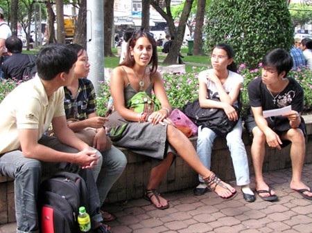 Thực hành giao tiếp với người nước ngoài thường xuyên giúp khả năng tiếng Anh tiến bộ rất nhanh.