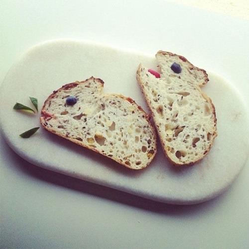 Bằng vài đường nét cơ bản, lát bánh mỳ trở thành hai chú thỏ đáng yêu