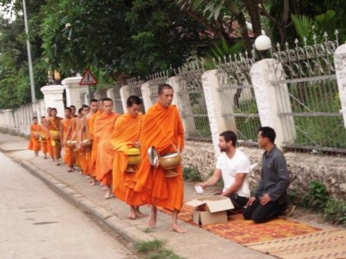 Khất thực buổi sáng là một nét đẹp trong đời sống tín ngưỡng của người Lào.