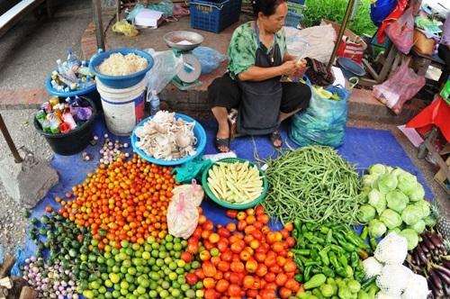 Chợ rau củ với đủ thứ bán giống đồ Việt Nam.