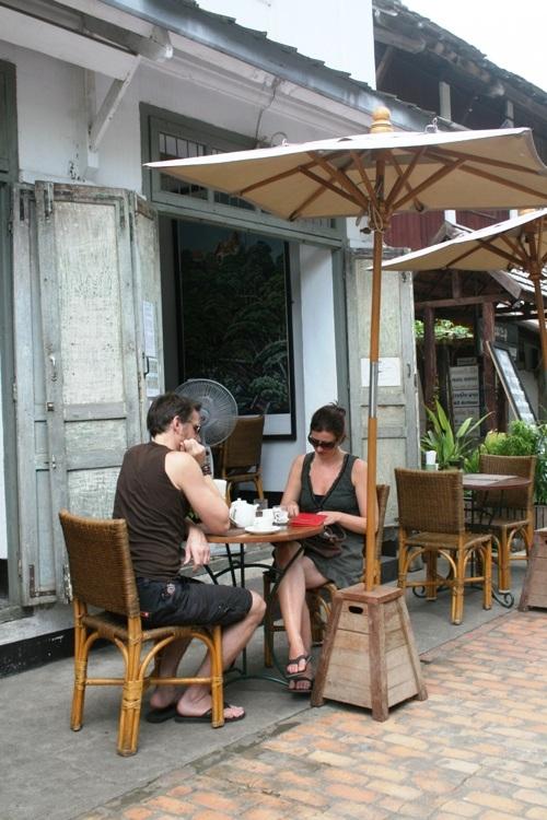 Các vị khách du lịch thường dành thời gian làm một ly café trong những con ngõ nhỏ xinh xắn.