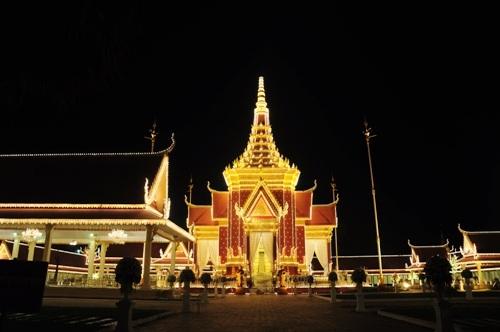 Cung điện Hoàng Gia lung linh khi đêm về.