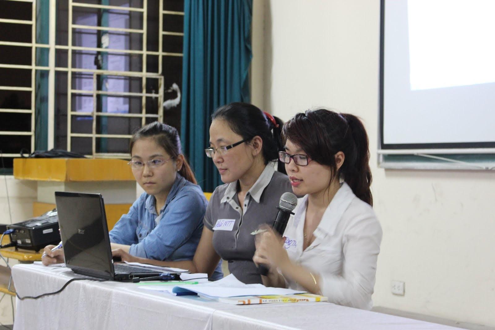 Chị Thúy Hoài (ngồi giữa) trong một buổi offline của Hội Lành nghề.