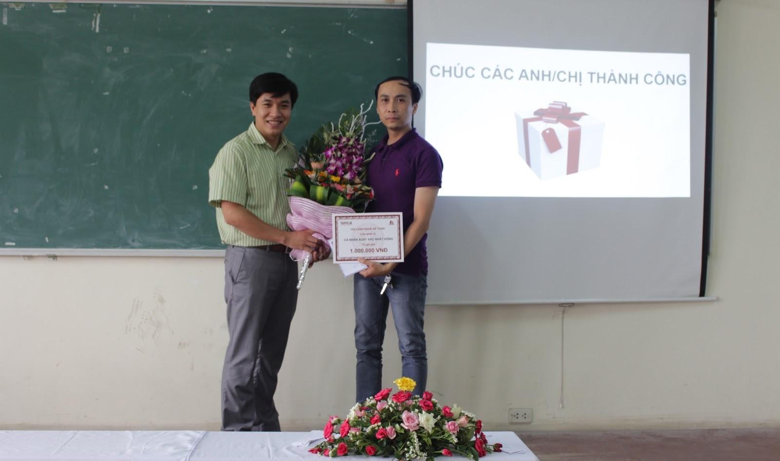 Anh Trịnh Quý Thịnh(giữa) trong một buổi offline trao đổi kinh nghiệm
