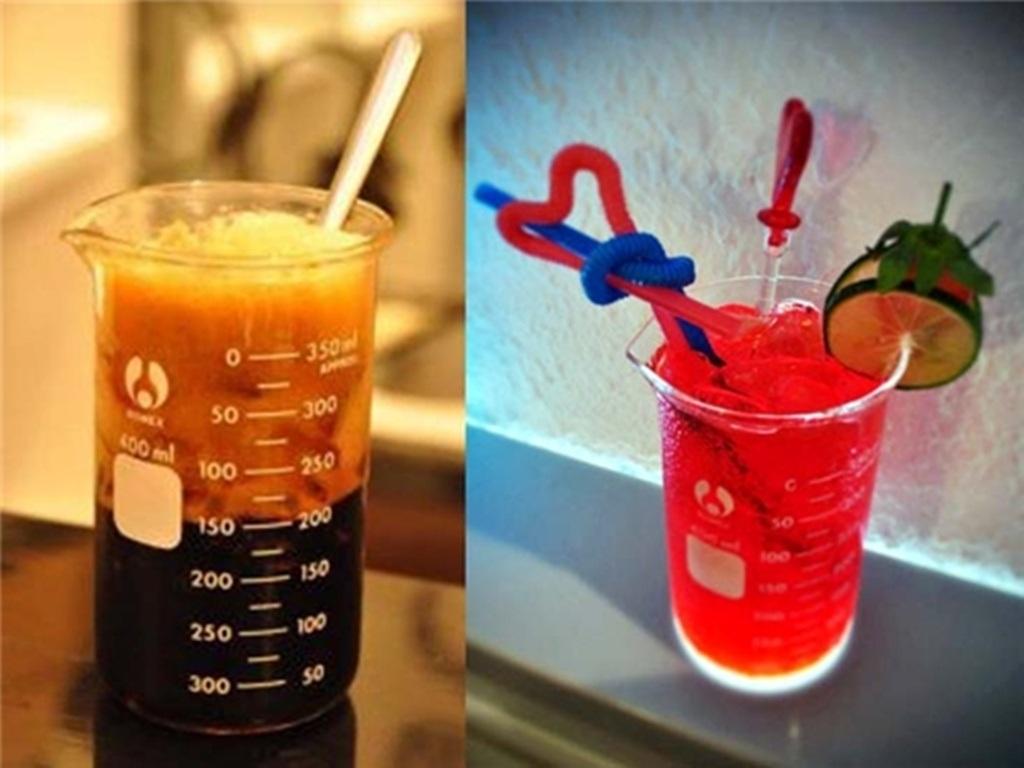 Đặc biệt các món đồ uống được đựng trong dụng cụ thí nghiệm