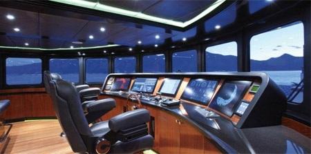 Khoang lái với cửa sổ lớn và ba chiếc ghế lớn dành cho thuyền trưởng và các phụ lái.