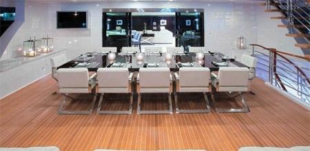 Boong tàu bên ngoài phòng giải trí có một chiếc bàn làm từ loại gỗ quý có tên Macassar Ebony.