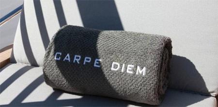 Nhiều vật dụng trên Carpe Diem được in tên của du thuyền này.