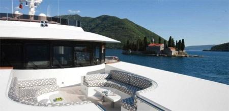 Một nơi thư giãn ngay phía trước buồng lái của du thuyền.