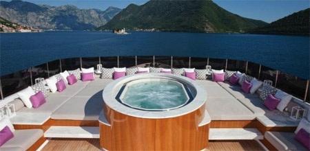 Bạn có thể tắm nước nóng hoặc phơi mình dưới ánh nắng mặt trời trên boong tàu này.