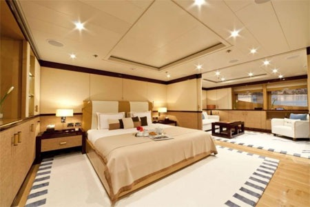 Căn phòng này có một cửa trượt ngăn giữa buồng ngủ và một phòng trà nhỏ.