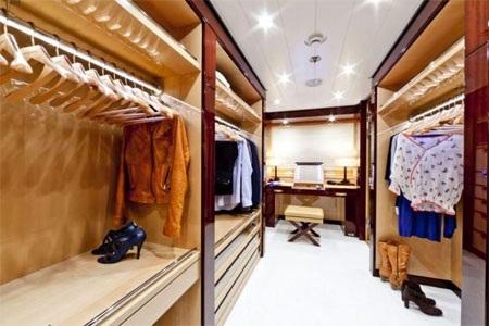 Tủ để quần áo rất rộng rãi.