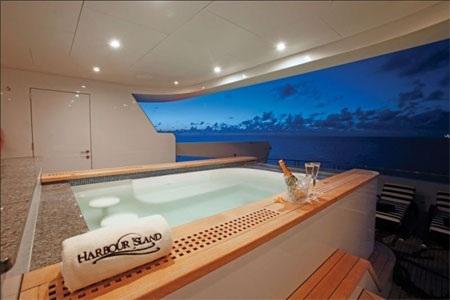Bồn tắm nóng này là nơi để ngâm mình và thưởng thức rượu champagne.
