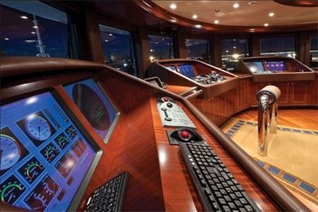 Phòng điều khiển được kết nối với hệ thống âm thanh trên toàn du thuyền.