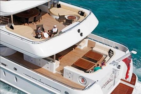 Boong tắm nắng của du thuyền này có thiết kế đường cạnh uốn lượn như một bể bơi.