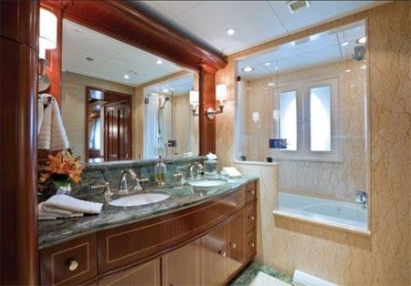 Cả hai phòng chính đều có phòng tắm riêng cho nam và nữ.