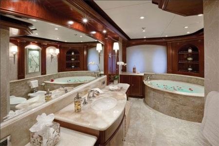 …và cả phòng tắm dành riêng cho quý ông và quý bà.