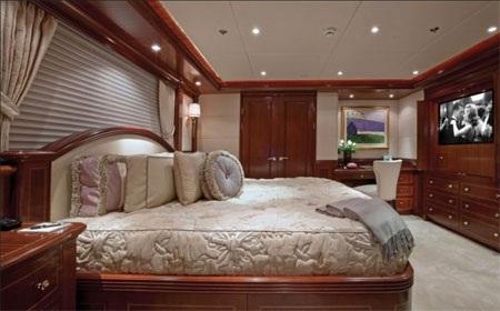 Phòng khách lớn nhất cũng có một chiếc giường lớn, đầy tiện nghi.