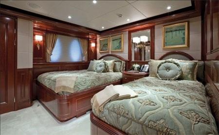 Có hai phòng khách kê hai giường…