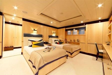 Có đủ phòng cho 11 khách và thủy thủ đoàn 13 người.