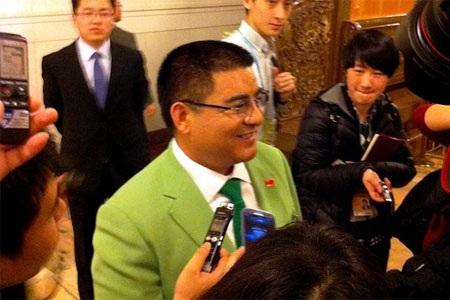 Tỷ phú Chen Guangbiao trong bộ vest màu xanh nõn chuối - Ảnh: