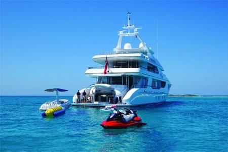 Nhưng thú vị nhất vẫn là được xuống biển trên những phụ kiện đi kèm du thuyền Allegria.