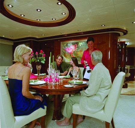 Bàn ăn trong phòng ăn của du thuyền Allegria có chỗ cho 8 người.