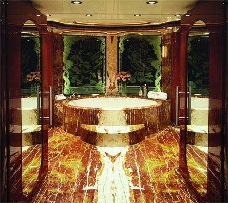 Phòng tắm trong phòng ngủ chính rất sang trọng.