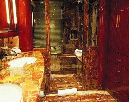 Đá marble được sử dụng chính trong phòng tắm này.