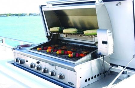 Có một lò nướng trên boong để phục vụ cho những bữa tiệc ngoài trời vào mùa hè.