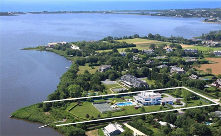 Hình ảnh từ trên cao cho thấy, biệt thự Water Mill nằm kề bên vịnh Mecox.