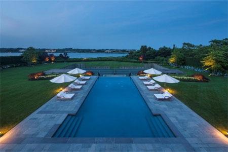 Bể bơi của biệt thự có hướng nhìn ra vịnh.