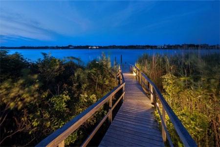 Một chiếc cầu riêng nối từ khu đất của biệt thự ra mặt nước vịnh.