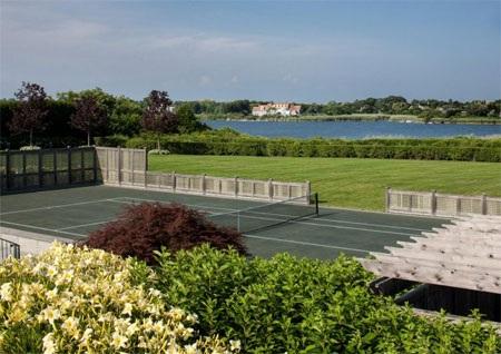 Sân tennis của biệt thự giữa không gian xanh.