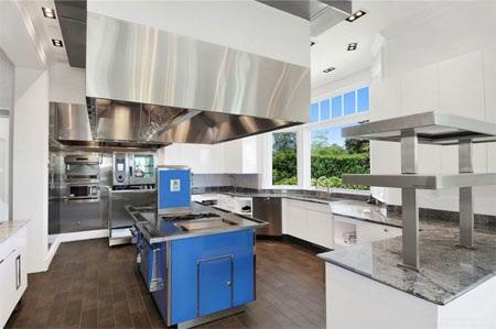 Nhà bếp trong biệt thự đặt ở tầng 2, do nhà thiết kế nổi tiếng thế giới Mark Stech-Novak thiết kế.