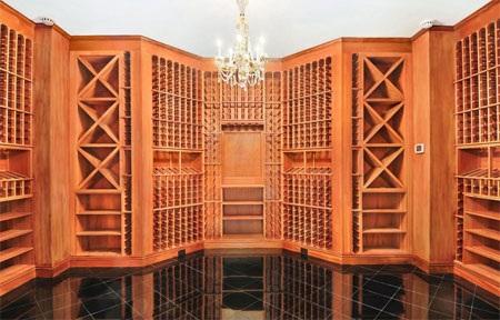 Hầm rượu vang lớn, đủ chỗ chứa hàng nghìn chai rượu.