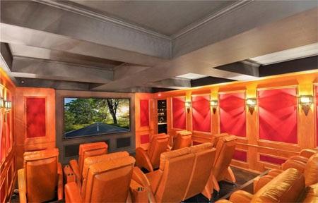 Phòng chiếu phim sang trọng với nhiều hàng ghế.