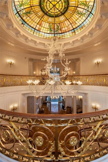 Một ngọn đèn chùm lớn được treo trên trần tầng 2.
