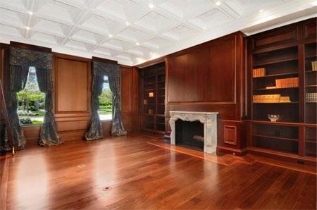 Một căn phòng ốp gỗ kiểu đầu thế kỷ 19 và trần nhà dạng ô lõm.