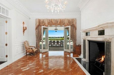 Cánh cửa này mở ra một hướng nhìn đẹp về phía sân sau của căn nhà.
