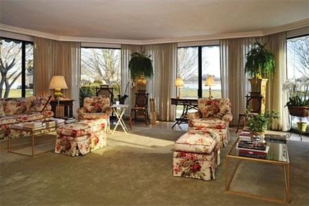 Cửa sổ rộng rãi khiến căn phòng này trở thành một nơi lý tưởng để thư giãn vào buổi trưa.